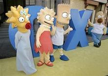 """<p>Foto de archivo de los personajes de la serie animada """"The Simpsons"""" durante la fiesta de celebración de sus 350 capítulos realizada en Los Angele, 25 abr 2005. La comedia animada estadounidense """"Los Simpsons"""" se trasladará a Irlanda el martes en un episodio especial del Día de St Patrick en que Homero compra un 'pub', mientras su hija Lisa descubre la receta para la cerveza Guinness: agua de ciénaga y salsa de chocolate. REUTERS/Fred Prouser FSP/DH</p>"""