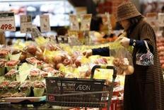 <p>A customer shops at Japanese retailer Aeon Co's Jusco supermarket in Koshigaya, north of Tokyo November 30, 2008. REUTERS/Stringer</p>