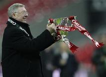 <p>Técnico do Manchester United, Alex Ferguson, comemora título da Copa da Liga da Inglaterra após vitória sobre o Tottenham, em Londres. 01/03/2009. REUTERS/Darren Staples</p>