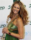<p>Australian model Elle Macpherson holds the Women's Career Award during the Women's World Awards gala in Vienna, March 5, 2009. REUTERS/Christian Bruna</p>