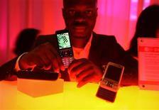 <p>Celular Sony Ericsson C903 Cyber-shot é exibido em Barcelona. A companhia despertou nesta sexta-feira novos temores quanto a uma queda severa na demanda por celulares ao divulgar que suas vendas mal atingirão metade do volume vendido no trimestre passado.</p>