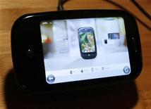 <p>Foto de archivo del teléfono móvil Pre de la compañía Palm durante su presentación en Las Vegas, EEUU, 8 ene 2009. Palm Inc dijo el jueves que el desarrollo de su nuevo teléfono Pre necesita más trabajo, pero que está en condiciones de comenzar a venderlo en este semestre. REUTERS/Rick Wilking</p>