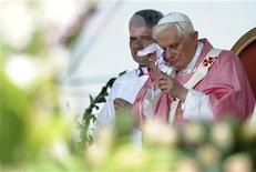 <p>Papa Benedetto XVI durante la messa recitata oggi all'aperto a Luanda. REUTERS/Alessandro Bianchi (ANGOLA RELIGION)</p>