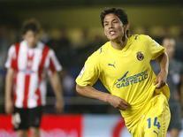 <p>Com um gol do meio-campista chileno Matías Fernández, o Villareal venceu o Athletic Bilbao em casa por 2 x 0 neste sábado e se consolidou na quarta posição do Campeonato Espanhol, em partida válida pela 28a rodada do torneio. REUTERS/Heino Kalis (SPAIN SPORT SOCCER)</p>
