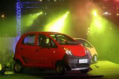 <p>Vehículos Nano de Tata son exhibidos durante el lanzamiento en Mumbai, 23 mar 2009. El Nano, el auto más barato del mundo, saldrá a las calles de India en julio, cuatro meses después de su lanzamiento oficial del lunes, y se espera que la demanda supere ampliamente a la oferta dado que su precio a 2.000 dólares convoca a legiones de nuevos compradores. REUTERS/Arko Datta</p>