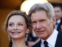 <p>Harrison Ford e Calista Flockhart posam para fotógrafos no Festival de Cinemas de Cannes. 18/03/2008. REUTERS/Jean-Paul Pelissier</p>