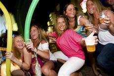 <p>Foto de archivo de unas turistas en ua discoteca de Cancún, México, 2 mar 2009. México recibió más turistas extranjeros en enero a tasa anual a pesar de la crisis económica global, pero obtuvo menos ingresos debido a la depreciación del peso mexicano frente al dólar, dijo el lunes la Secretaría de Turismo. REUTERS/Stringer (MEXICO)</p>