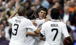 <p>Com dois gols do artilheiro holandês Klaas Jan Huntelaar, o Real Madrid venceu neste domingo, em casa, o Almería por 3 x 0 e manteve a pressão sobre o líder Barcelona na luta pelo título do Campeonato Espanhol. REUTERS/Susana Vera(SPAIN SPORT SOCCER)</p>