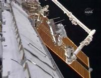 <p>El astronauta Joseph Acaba, unido al brazo robótico de la Estación Espacial International, trabaja fuera de la estación, 23 mar 2009. Dos astronautas salieron de la Estación Espacial Internacional el lunes para realizar una caminata de seis horas y preparar el puesto orbital para su última fase de construcción. REUTERS/NASA TV</p>