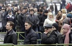 <p>Очередь на ярмарку вакансий в Санкт-Петербурге 18 марта 2009 года. Мрачные прогнозы глубокого спада мировой экономики вселили пессимизм в российских чиновников, которые последние дни заверяли, что российская экономика близка к нижней точке спада и может возобновить рост в уже конце года. REUTERS/Alexander Demianchuk (RUSSIA BUSINESS POLITICS)</p>