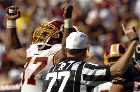 Washington Redskins defensive lineman Renaldo Wynn (L) celebrates in the closing minutes of their NFL game at FedEx Field in Landover, Maryland, September 11, 2005. REUTERS/Jonathan Ernst