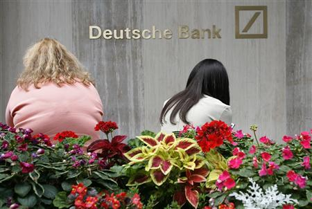 Two women sit in front of Deutsche Bank offices on Park Avenue in New York July 31, 2008. REUTERS/Brendan McDermid (UNITED STATES)