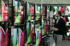 <p>Selon le Conseil supérieur de l'Audiovisuel, plus des deux tiers des foyers français équipés de téléviseurs reçoivent la télévision en numérique, tandis que le taux de couverture de la population en télévision numérique terrestre (TNT) a atteint 87% à la fin décembre 2008. /Photo d'archives/REUTERS/Karoly Arvai</p>