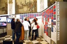 """<p>Una muestra sobre la crisis financiera mundial en exhibición en el Museum of American Finance, en Nueva York, 25 mar 2009. """"Tracking the Credit Crisis"""" (Siguiendo la crisis de crédito), una secuencia de sucesos relacionados colocados en orden cronológico que explora la historia financiera que condujo a la recesión actual, está en exhibición desde el miércoles en el Museum of American Finance, en Nueva York. REUTERS/Eric Thayer</p>"""