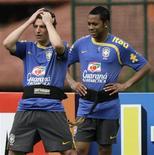 <p>Elano (E) e Robinho participam de treino da seleção brasileira em Teresópolis. REUTERS/Sergio Moraes</p>