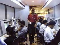 <p>A waiter serves coffee to college students surfing the internet at a cafe in Bangalore in this April 6, 2000 file photo. For decades, the United States beckoned as the land of opportunity for bright, young Indians, lured by the prospect of prestigious university degrees followed by jobs on Wall Street or in Silicon Valley. REUTERS/Stringer/Files</p>