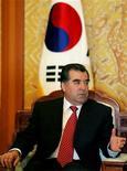 <p>Эмомали Рахмон во время переговоров с президентом Южной Кореи в Сеуле, 23 мая 2005 года. Таджикский президент Эмомали Рахмон подписал переделанный парламентом закон о религии, несмотря на критику со стороны США, которые сочли документ ограничивающим права религиозных меньшинств в стране с преобладанием мусульман. REUTERS/Kim Kyung-Hoon</p>
