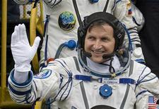 <p>El empresario estadounidense Charles Simonyi saluda antes de ingresar a una nave espacial en Baikonur, 26 mar 2009. Un cohete Soyuz ruso que lleva al multimillonario estadounidense Charles Simonyi en su segunda odisea en el espacio despegó el jueves desde Baikonur, en la estepa kazaja, hacia la Estación Espacial Internacional. REUTERS/Shamil Zhumatov</p>