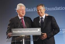 <p>O ex-presidente dos Estados Unidos, Bill Clinton, e o ex-primeiro-ministro britânico, Tony Blair, em Nova York. 30/05/2008. REUTERS/Mike Segar</p>