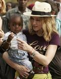 <p>Madonna holds her adopted son, David Banda, at an orphan care centre in Malawi, April 19, 2007. REUTERS/Siphiwe Sibeko</p>