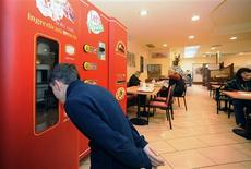 """<p>Les puristes parlent d'hérésie mais ses promoteurs pensent que la crise économique joue en faveur de cette """"pizza à bas coût"""": dans quelques semaines débarquera dans les rues de la Péninsule la première machine fabriquant des pizzas en quelques minutes et pour une poignée d'euros. /Photo d'archives/REUTERS/Sitos</p>"""