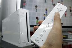 <p>Nintendo a vendu plus de 50 millions d'exemplaires de sa console de jeu Wii depuis son lancement en 2006, surclassant les ventes de la Xbox 360 de Microsoft et de la PlayStation 3 de Sony. /Photo d'archives/REUTERS/Yuriko Nakao</p>