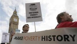 <p>G8,in migliaia protestano a Roma,cortei in tutta Europa. Un momento della manifestazione di oggi a Londra. REUTERS/Stephen Hird</p>