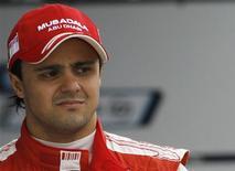 <p>Foto de arquivo do piloto de F1 Felipe Massa esperando pela sessão de treinos no circuito de Jerez, sul da Espanha, no início de março. REUTERS/Javier Barbancho</p>