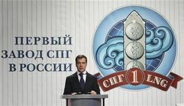 <p>Президент России Дмитрий Медведев выступает на открытии первого в стране завода, производящего СПГ. Россия в воскресенье отправила первый запланированный груз сжиженного природного газа (СПГ) в Японию, в рамках проекта, который позволит Кремлю расширить охват мировых энергетических рынков в Азии и Северной Америке. REUTERS/RIA Novosti/Pool</p>