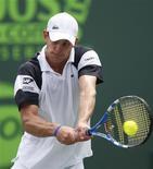 <p>Американец Энди Роддик в матче Sony Ericsson Open против россиянина Дмитрия Турсунова во Флориде 29 марта 2009 года. Четверо россиян в воскресенье сошли с дистанции на теннисном турнире в Майами, проиграв в третьем круге Sony Ericsson Open. REUTERS/Carlos Barria</p>