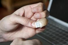 <p>Jerry Jalava mostra la protesi del dito con USB. REUTERS/Attila Cser</p>