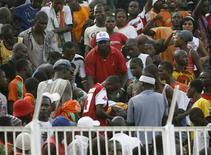 <p>Torcedores envolvidos em confusão num estádio de Abidjan, na Costa do Marfim, onde 19 pessoas morreram numa partida das eliminatórias da Copa do Mundo contra o Malauí. REUTERS/Luc Gnago</p>