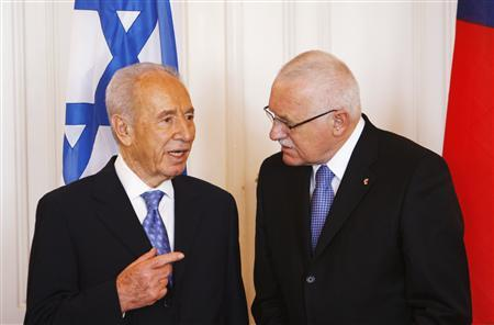 Czech President Vaclav Klaus (R) listens to his Israeli counterpart Shimon Peres at Prague Castle March 30, 2009. REUTERS/David W Cerny