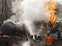 <p>Firemen extinguish the fire during an explosion at a liquefied petroleum gas station in Anze county of Linfen, north China's Shanxi province November 28, 2006. REUTERS/China Daily</p>