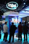 <p>Il logo di Intel ad una fiera. REUTERS/Steve Marcus</p>