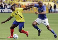 <p>Equatoriano Ayovi e brasileiro Maicon disputam bola em partida das eliminatórias da Copa do Mundo de 2010, em Quito. REUTERS/Teddy Garcia</p>