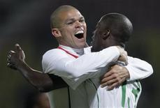 <p>Pepe e Edinho comemoram gol de Portugal em vitória por 2 x 0 durante jogo amistoso contra a África do Sul em Lausanne, na Suíça, nesta terça-feira. REUTERS/Denis Balibouse</p>