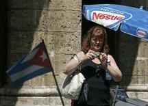 <p>Туристка фотографирует одну из улиц Старой Гаваны 31 марта 2008 года. Снять запрет на поездки на Кубу для американцев предложила группа сенаторов Конгресса США. REUTERS/Enrique De La Osa</p>