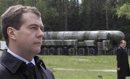 <p>Президент России Дмитрий Медведев (слева) на фоне баллистической ракеты Тополь-М в Тейковском ракетном соединении в Ивановской области 15 мая 2008 года. Россия и США начнут переговоры о новом соглашении о сокращении количества ядерных вооружений ниже уровней, оговоренных в 2002 году, сообщили в среду президенты России и США Дмитрий Медведев и Барак Обама. REUTERS/Pool</p>