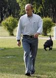 <p>Foto de archivo del primer ministro Ruso, Vladmir Putin, junto a su labrador negro Koni en Zavidovo, Rusia, 24 jul 2007. El perro mascota del primer ministro ruso, Vladimir Putin, engullió el miércoles un té especial preparado para los jefes del partido gobernante de Rusia. REUTERS/Ria Novosti/Kremlin (RUSIA)</p>