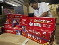 <p>Foto de archivo de cajas del dentífrico chino Dentamint Gel en Managua, 31 mayo 2007. La policía al norte de Alemania está buscando a un hombre que intentó huir de un supermercado con 68 tubos de dentífrico escondidos entre sus ropas. REUTERS/Oswaldo Rivas (NICARAGUA)</p>