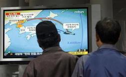 <p>Жители Сеула смотрят выпуск новостей, сообщающий о запуске КНДР ракеты 5 апреля 2009 года. Совет безопасности ООН на срочном воскресном заседании решил не предпринимать немедленных действий в ответ на запуск ракеты, осуществленный КНДР. REUTERS/Jo Yong-Hak</p>