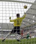 """<p>Нападающи """"Вольфсбурга"""" Эдин Джеко (справа) забивает мяч в ворота """"Баварии"""" в Вольфсбурге 4 апреля 2009 года. """"Вольфсбург"""" впервые за четыре года возглавил таблицу Бундеслиги, одержав убедительную победу над """"Баварией"""" со счетом 5-1. REUTERS/Thomas Bohlen</p>"""