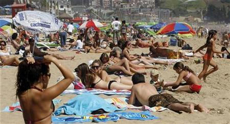 Tourists enjoy the beach in Viña del Mar city, about 75 miles (120 km) northwest of Santiago February 18, 2009. REUTERS/Eliseo Fernandez