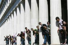 <p>Spanish students pose for a photograph at the columns at Attalos arcade in Athens March 28, 2009. REUTERS/John Kolesidis</p>