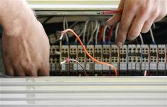 <p>Après avoir rejeté l'ensemble des propositions qui lui ont été soumises par le secteur privé, le gouvernement australien a décidé de conduire lui-même la construction d'un réseau internet à haut débit national par le biais d'une société semi-publique. /Photo prise le 7 avril 2009/REUTERS/Daniel Munoz</p>