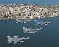 <p>Imagen de archivo de aviones Falcon F-16C en una misión de entrenamiento mientras sobrevuelan la ciudad de Madison, en Wisconsin, EEUU, 18 oct 2008. Un piloto robó el lunes un pequeño avión en Canadá y voló hacia el sur, lo que obligó a militares estadounidenses a despachar aviones de combate F-16 para seguirlo antes de que aterrizara en una carretera en Misuri y continuara su huida a pie. REUTERS/Paul Gorman/U.S. Air Force/Archivo</p>