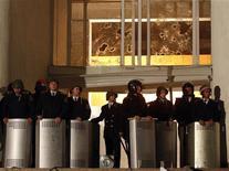 <p>Бойцы спецназа охраняют разграбленное здание парламента Молдавии в Кишиневе 8 апреля 2009 года. Спецназ полиции в ночь на среду вернул под контроль властей здание администрации президента Молдавии и охваченный огнем парламент в Кишиневе, захваченные накануне толпой, недовольной новой победой коммунистов на выборах. REUTERS/Gleb Garanich</p>