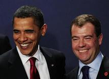 """<p>Президент США Барак Обама (слева) и его российский коллега Дмитрий Медведев на саммите """"Большой двадцатки"""" в Лондоне 2 апреля 2009 года. Российско-американский договор о сокращении ядерных вооружений может быть подписан к концу года, как это было запланировано, или позже, надеется глава американской делегации на переговорах Роуз Готтемеллер. REUTERS/Dylan Martinez</p>"""