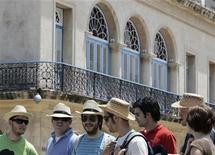 """<p>Turistas canadienses caminan por una antigua avenida en La Habana Vieja, 9 abr 2008. Cuba podría tener que """"reeducar"""" a turistas de Estados Unidos que llegan con una visión distorsionada por medio siglo de confrontación, si ese país libera los viajes a la isla como parte del nuevo clima de distensión, dijo el miércoles la prensa estatal. REUTERS/Enrique De La Osa/Archivo</p>"""